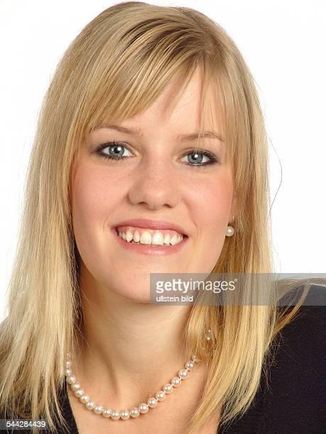 Junge blonde Frau mit Perlenkette