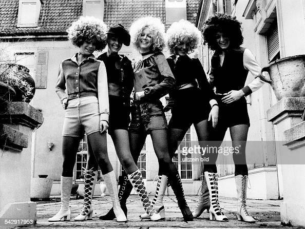 Junge Damen in Hot Pants präsentieren Sommerstiefel ModeBerlin Februar 1971