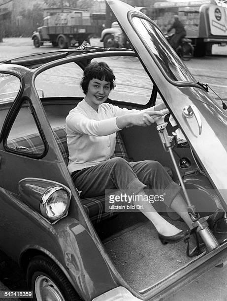 Junge Frau in einer BMWIsettaBerlin 1955