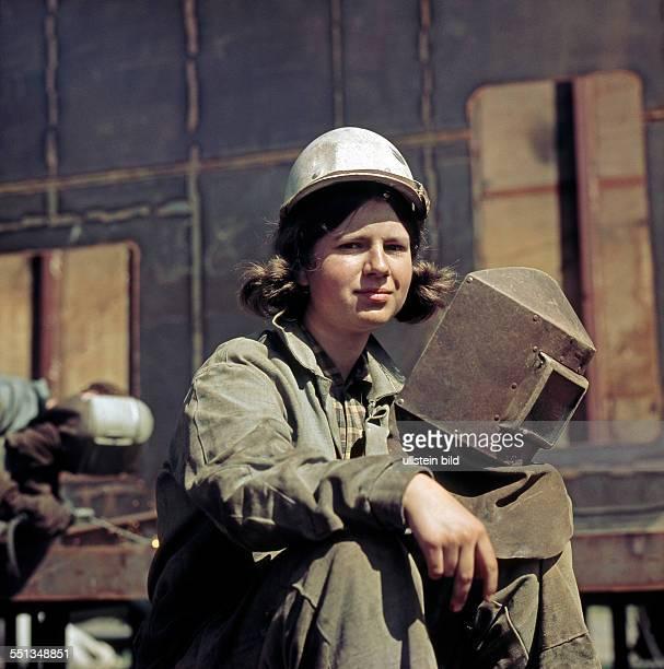 Junge Schweißerin bei der Arbeit im VEB Warnowwerft Warnemuende dem groessten Werftbetrieb der DDR
