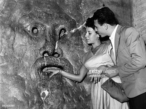 Junges Paar in der 'Bocca della Verita' 1955