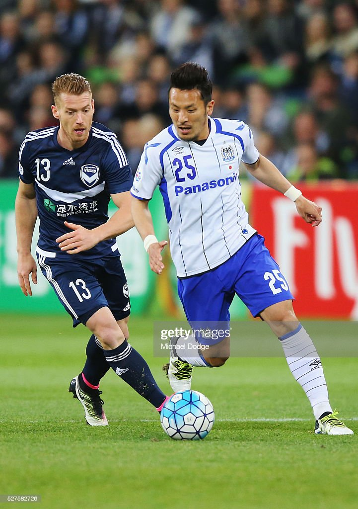 <a gi-track='captionPersonalityLinkClicked' href=/galleries/search?phrase=Jungo+Fujimoto&family=editorial&specificpeople=2168009 ng-click='$event.stopPropagation()'>Jungo Fujimoto</a> of Gamba Osaka runs the ball clear of Oliver Bozanic of the Victory during the AFC Champions League match between Melbourne Victory and Gamba Osaka at AAMI Park on May 3, 2016 in Melbourne, Australia.
