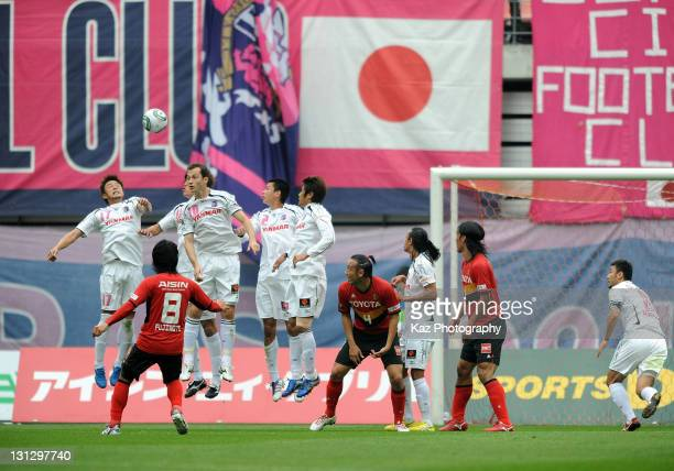 Jungo Fujimoto of Nagoya Grampus scores the first goal from the free kick during the JLeague match between Nagoya Grampus and Cerezo Osaka at Toyota...