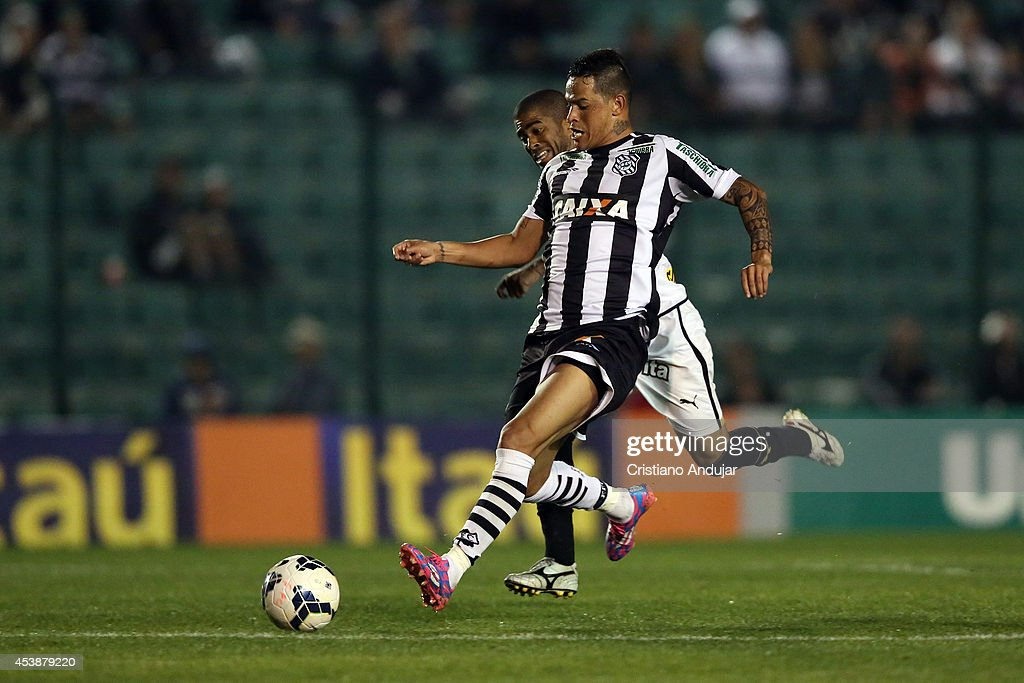 Junior Cesar #6 of Botafogo battles for the ball with Giovanni Augusto #10 of Figueirense during a match between Figueirense and Botafogo as part of Campeonato Brasileiro 2014 at Orlando Scarpelli Stadium on August 20, 2014 in Florianopolis, Brazil
