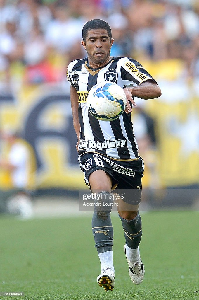 Junior Cesar of Botafogo runs with the ball during the match between Botafogo and Santos as part of Brasileirao Series A 2014 at Maracana stadium on August 31, 2014 in Rio de Janeiro, Brazil.