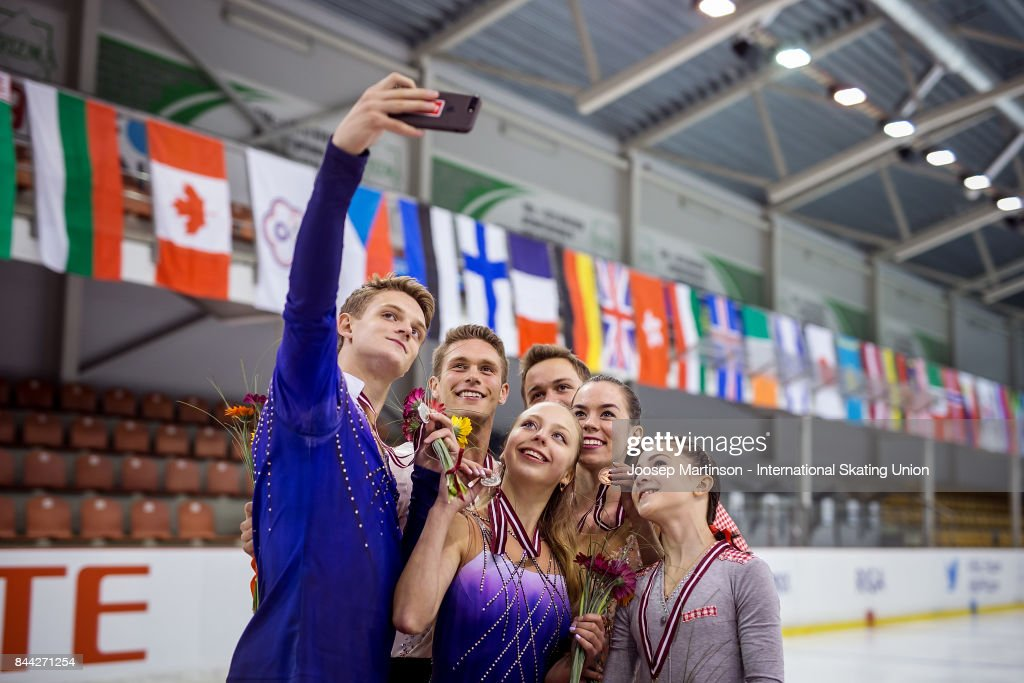 Александра Бойкова-Дмитрий Козловский - Страница 10 Junior-pairs-take-a-selfie-during-a-medal-ceremony-on-day-2-of-the-picture-id844271254