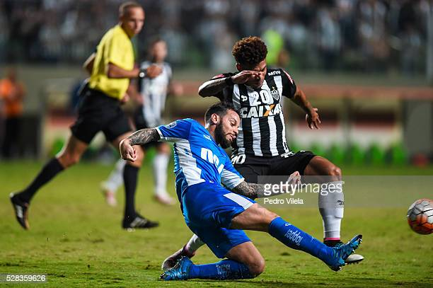 Junior Urso of Atletico MG and Videla of Racing battle for the ball during a match between Atletico MG and Racing as part of Copa Bridgestone...