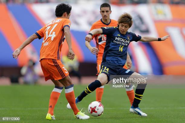 Junya Ito of Kashiwa Reysol and Teruki Hara of Albirex Niigata compete for the ball during the JLeague J1 match between Albirex Niigata and Kashiwa...