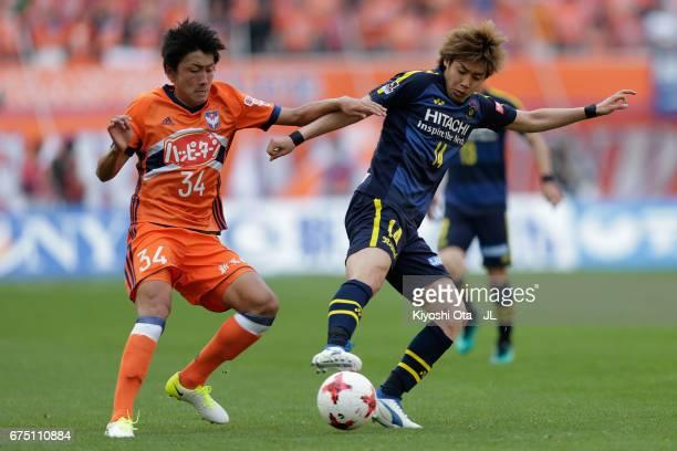 Junya Ito of Kashiwa Reysol controls the ball under pressure of Teruki Hara of Albirex Niigata during the JLeague J1 match between Albirex Niigata...