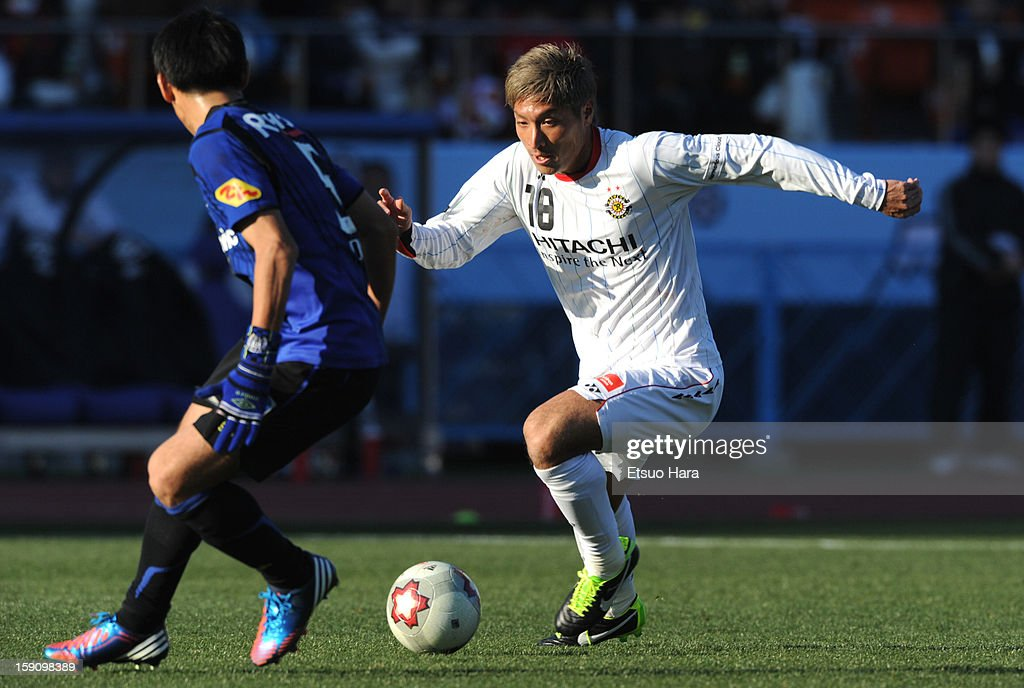 Junya Tanaka of Kashiwa Reysol and Daiki Niwa of Gamba Osaka compete for the ball during the 92nd Emperor's Cup Final match between Gamba Osaka and Kashiwa Reysol at the National Stadium on Janaury 1, 2013 in Tokyo, Japan.