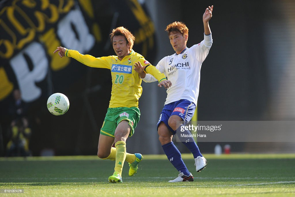 Junya Tanaka of Kashiwa Reysol (R) and Masashi Wakasa of JEF United Chiba compete for the ball during the preseason friendly match between JEF United Chiba and Kashiwa Reysol at the Fukuda Denshi Arena on February 14, 2016 in Chiba, Japan.