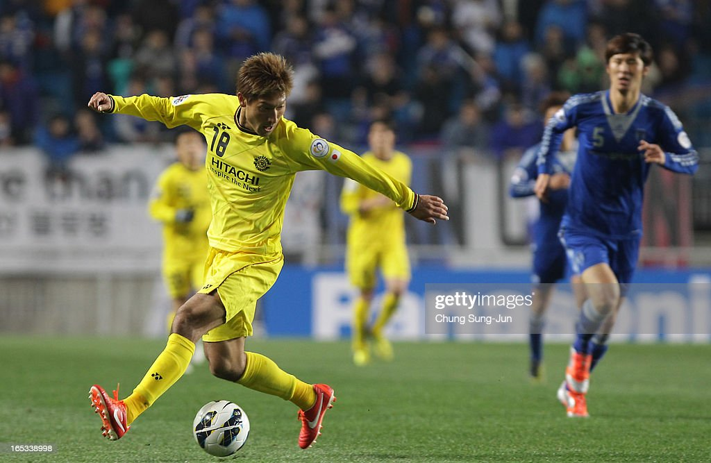 Junya Tanaka of Kashiwa Reysol controls the ball during the AFC Champions League Group H match between Suwon Bluewings and Kashiwa Reysol at Suwon World Cup Stadium on April 3, 2013 in Suwon, South Korea.