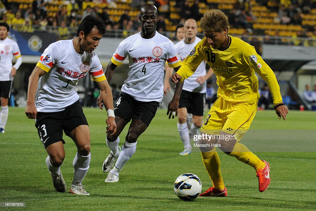 Junya Tanaka #18 of Kashiwa Reysol in action during the AFC Champions League Group H match between Kashiwa Reysol and Guizhou Renhe at Hitachi Kashiwa Soccer Stadium on April 23, 2013 in Kashiwa, Japan.