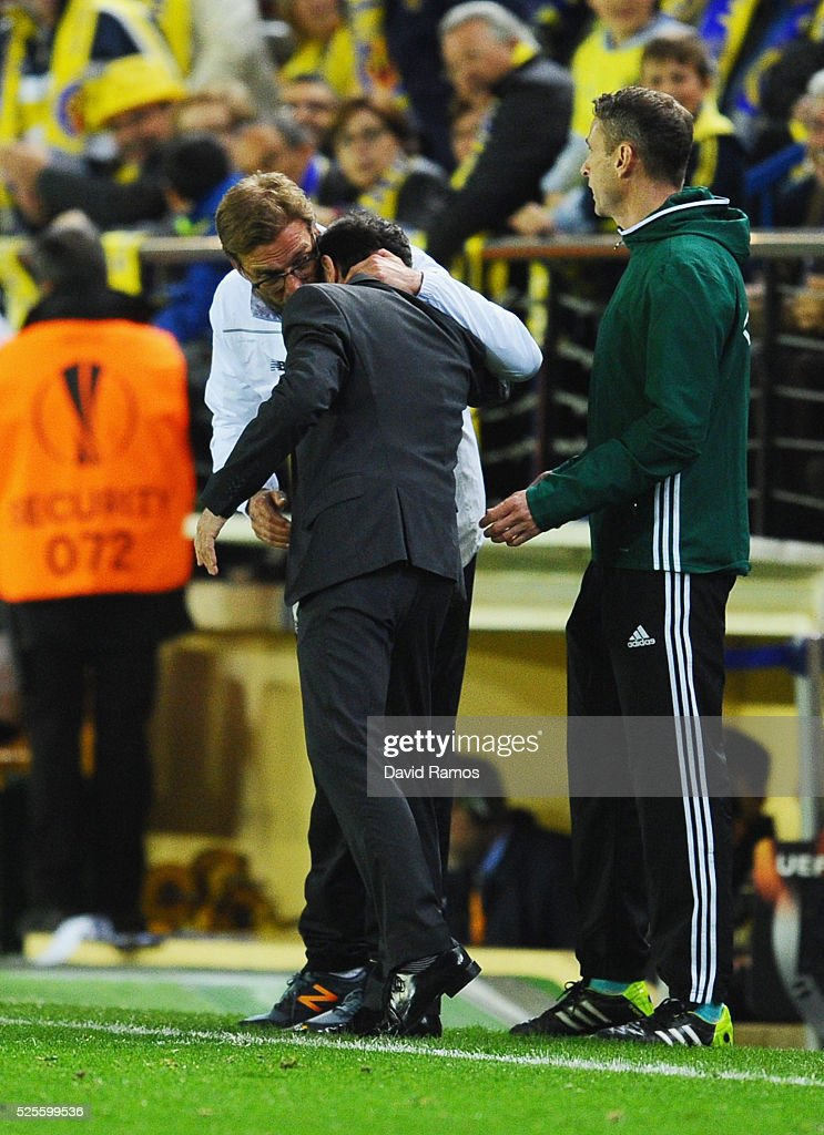 Jurgen Klopp manager of Liverpool and Marcelino Garcia Toral head coach of Villarreal embrace during the UEFA Europa League semi final first leg match between Villarreal CF and Liverpool at Estadio El Madrigal on April 28, 2016 in Villarreal, Spain.