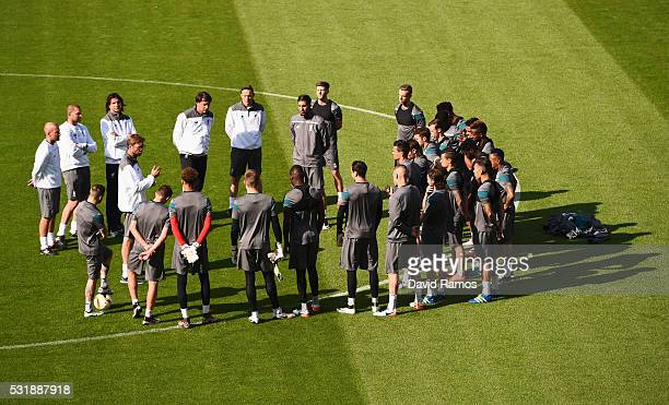 Jurgen Klopp manager of Liverpool talks to players during a Liverpool training session on the eve of the UEFA Europa League Final against Sevilla at...