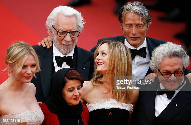 Jury members Kirsten Dunst Katayoon Shahabi Donald Sutherland Vanessa Paradis Mads Mikkelsen and George Miller attend the closing ceremony of the...