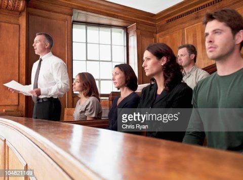 Jury assis dans la salle d'audience