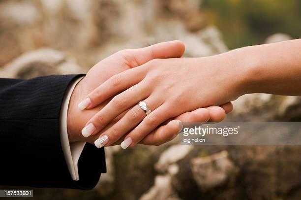Just Married-Nahaufnahme von Braut und Bräutigam halten Hände &