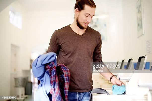 Tout en passant du temps dans la laverie
