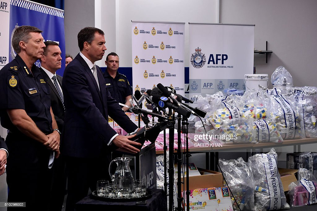 Justice Minister Michael Keenan (2nd R) speaks at a press conference during a presentation of seized crystal methamphetamine concealed in packaging at the Australian Federal Police headquarters in Sydney on February 15, 2016. Australian police have seized more than 712 million USD in crystal methamphetamine, or ice, some concealed in gel bra inserts in one of the country's biggest drug busts. AFP PHOTO / Saeed KHAN / AFP / SAEED