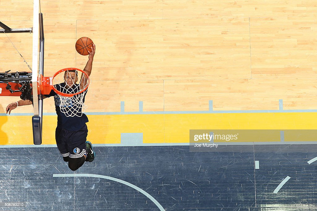 <a gi-track='captionPersonalityLinkClicked' href=/galleries/search?phrase=Justin+Anderson+-+Jogador+de+basquetebol&family=editorial&specificpeople=13887915 ng-click='$event.stopPropagation()'>Justin Anderson</a> #1 of the Dallas Mavericks warms up before the game against the Memphis Grizzlies on February 6, 2016 at FedExForum in Memphis, Tennessee.
