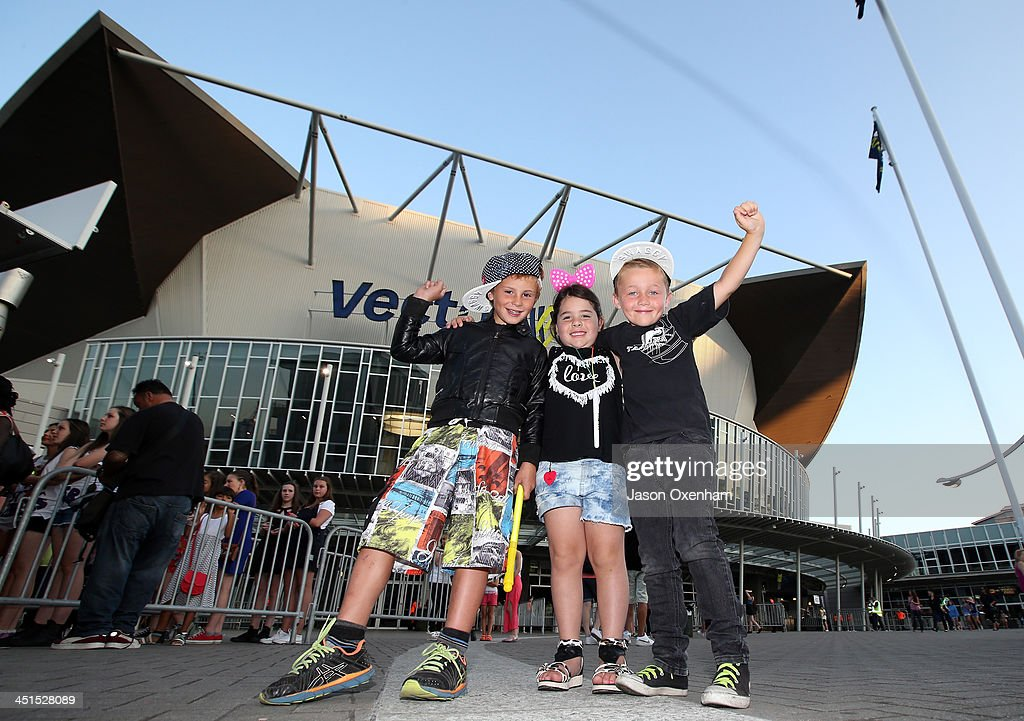 Justin Bieber concert goers (L) Jack Paton-Tapsell(6) Isabelle Cross(5) and Tao Mouldey(6) arrive at Vector Arena on November 23, 2013 in Auckland, New Zealand. (Photo by Jason Oxenham/Getty Images