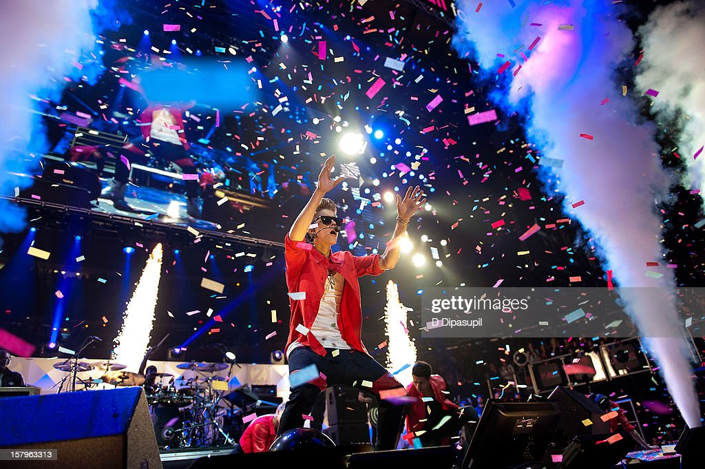 <a gi-track='captionPersonalityLinkClicked' href=/galleries/search?phrase=Justin+Bieber&family=editorial&specificpeople=5780923 ng-click='$event.stopPropagation()'>Justin Bieber</a> performs during Z100's Jingle Ball 2012 presented by Aeropostale at Madison Square Garden on December 7, 2012 in New York City.