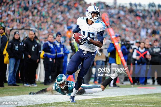 Justin Hunter of the Tennessee Titans scores a touchdown in the second quarter against the Philadelphia Eagles at Lincoln Financial Field on November...