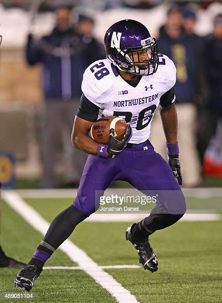 Justin Jackson of the Northwestern Wildcats runs against the Notre Dame Fighting Irish at Notre Dame Stadium on November 15 2014 in South Bend...