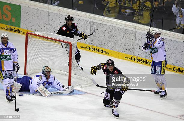 Justin Kelly of Krefeld celebrates scoring the third goal during the DEL match between Krefeld Pinguine and EHC Muenchen at the Koenigs Palast on...