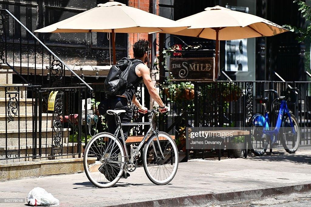 <a gi-track='captionPersonalityLinkClicked' href=/galleries/search?phrase=Justin+Theroux&family=editorial&specificpeople=240634 ng-click='$event.stopPropagation()'>Justin Theroux</a> seen on the streets of Manhattan on June 24, 2016 in New York City.