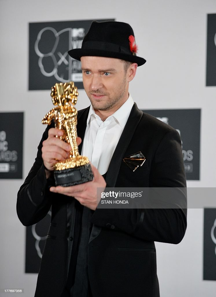 Justin Timberlake with the Michael Jackson Video Vanguard Award at the MTV Video Music Awards August 25, 2013 at the Barclays Center in New York. AFP PHOTO/Stan HONDA