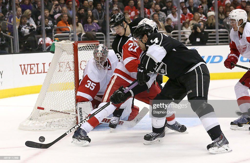 Justin Williams #14 of the Los Angeles Kings tries to get off a shot on goalie <a gi-track='captionPersonalityLinkClicked' href=/galleries/search?phrase=Jimmy+Howard&family=editorial&specificpeople=2118637 ng-click='$event.stopPropagation()'>Jimmy Howard</a> #35 of the Detroit Red Wings at Staples Center on January 11, 2014 in Los Angeles, California. The Red Wings won 3-1.