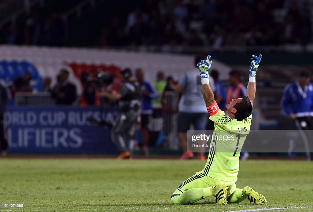 Justo Villar goalkeeper of Paraguay celebrates after a match between Argentina and Paraguay as part of FIFA 2018 World Cup Qualifiers at Mario Alberto Kempes Stadium on October 11, 2016 in Cordoba, Argentina.