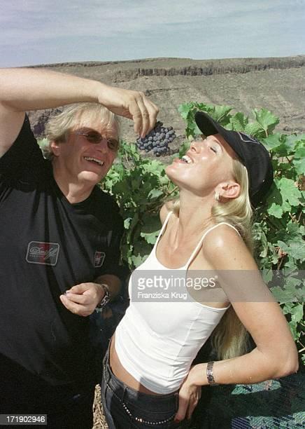 Justus Frantz Und Maja Von Hohenzollern Bei Der Weinernte Auf Der Finca 'Casa De Los Musicos' In Monte Leon Auf Gran Canaria