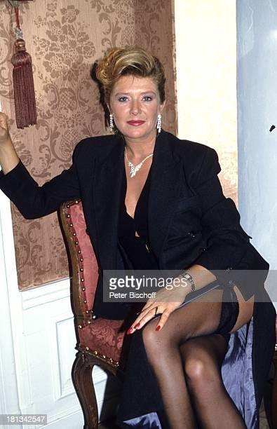 Jutta Speidel 6teilige SAT1KrimiSpielshow 'Cluedo Das mörderische Spiel' Schloss Leonberg Deutschland 6111992 Sessel Dekollete beinfrei sexy...