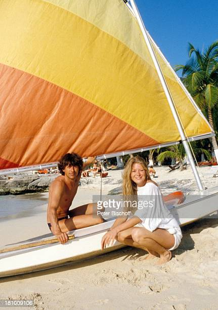 Jutta Speidel Herbert Herrmann neben den Dreharbeiten zur ZDFReihe 'Traumschiff' Folge 6 'Cayman Islands' Martinique/Karibik Meer Palmen Segelboot...