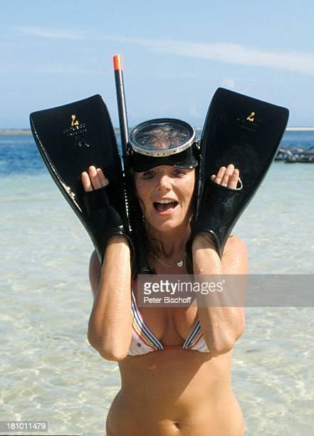 Jutta Speidel ZDFReihe 'Traumschiff' Folge 6 'Cayman Islands' Martinique/Karibik Meer Strand Taucherbrille Schnorchel Flossen Bikini sexy...