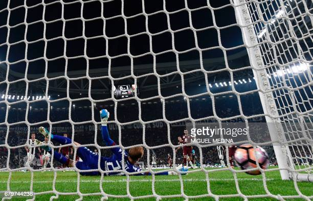 Juventus' Argentinian forward Gonzalo Gerardo Higuain scores against Torino's goalkeeper Joe Hart during the Italian Serie A football match Juventus...