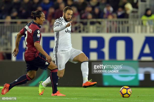 Juventus' Argentinian forward Gonzalo Higuain fights for the ball with Cagliari's Italian defender Bruno Alves during the Italian Serie A football...