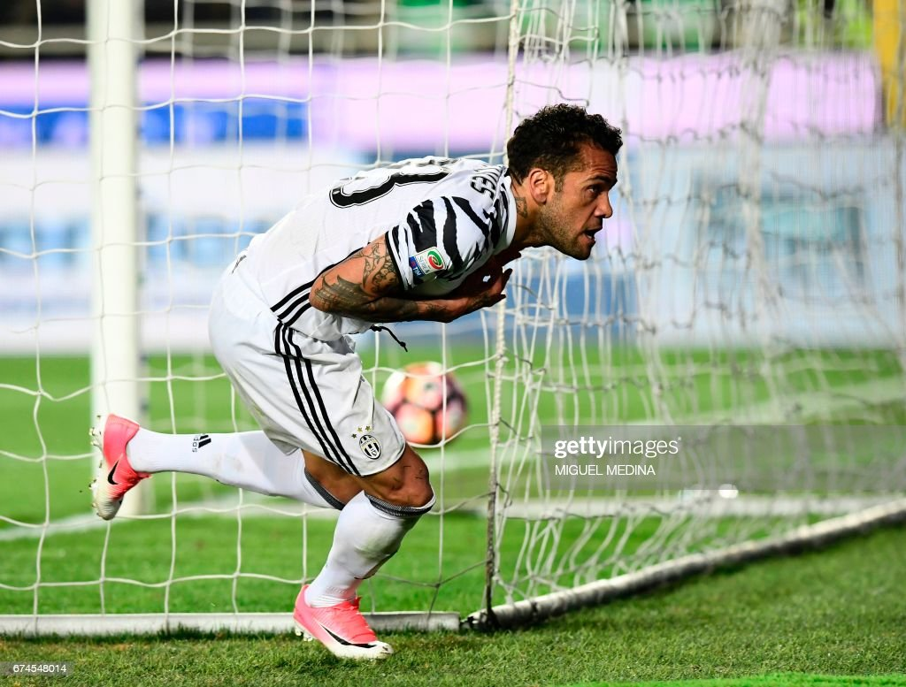 Juventus' Brazilian defender Daniel Alvez da Silva celebrates after scoring during the Italian Serie A football match Atalanta vs Juventus at the 'Atleti Azzurri d'Italia' stadium in Bergamo on April 28, 2017. /