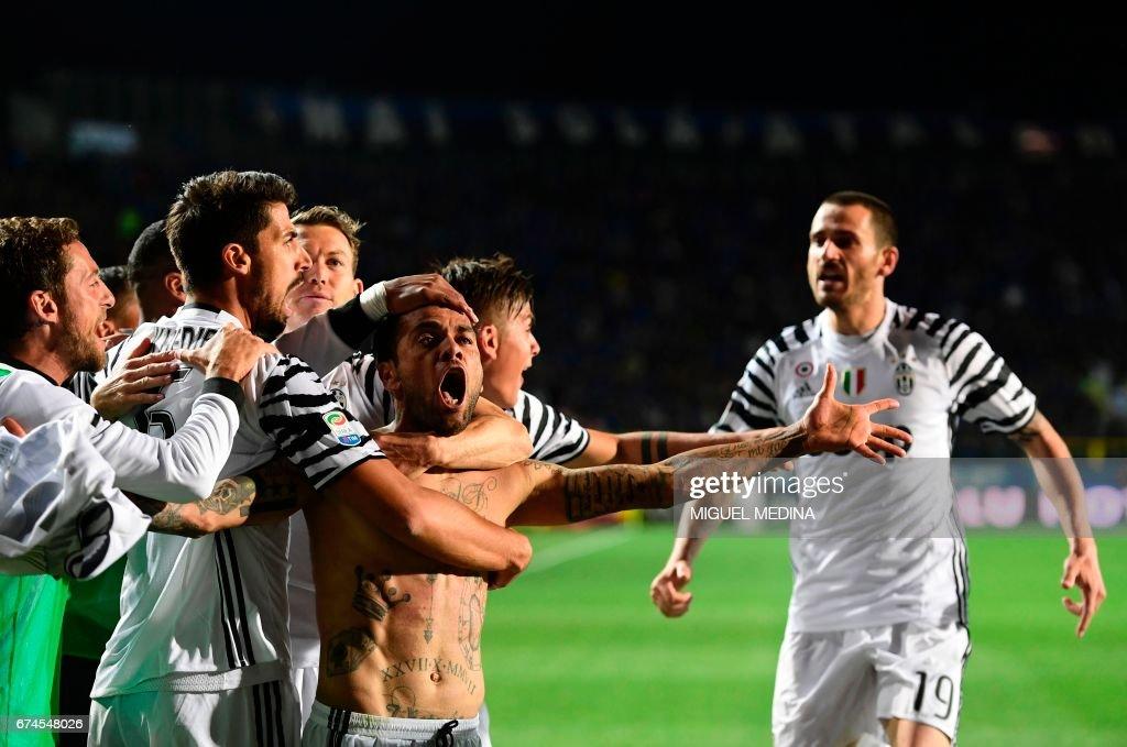 Juventus' Brazilian defender Daniel Alvez da Silva celebrates with teammates after scoring during the Italian Serie A football match Atalanta vs Juventus at the 'Atleti Azzurri d'Italia' stadium in Bergamo on April 28, 2017. /