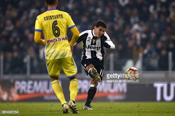 Juventus' Brazilian midfielder Anderson Hernanes scores a goal during the Italian Serie A football match between Juventus and Pescara at the Juventus...