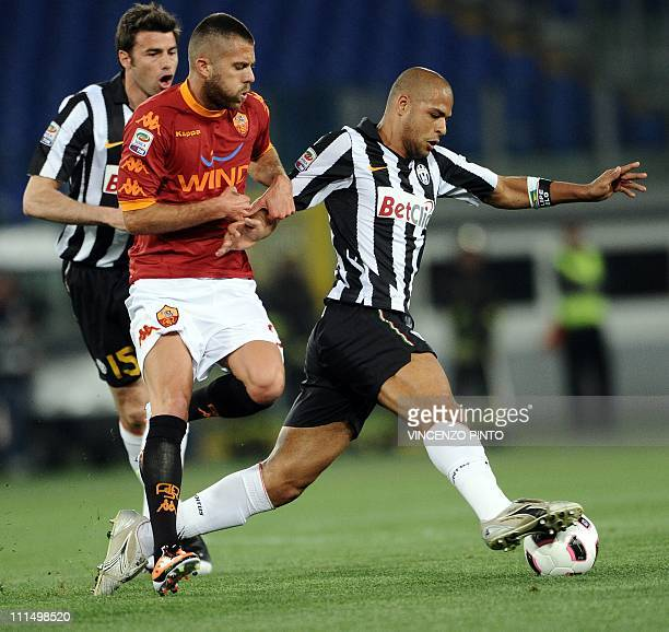 Juventus' Brazilian midfielder Felipe Melo controls the ball in front of Juventus' defender Andrea Barzagli and AS Roma's French midfielder Jeremy...