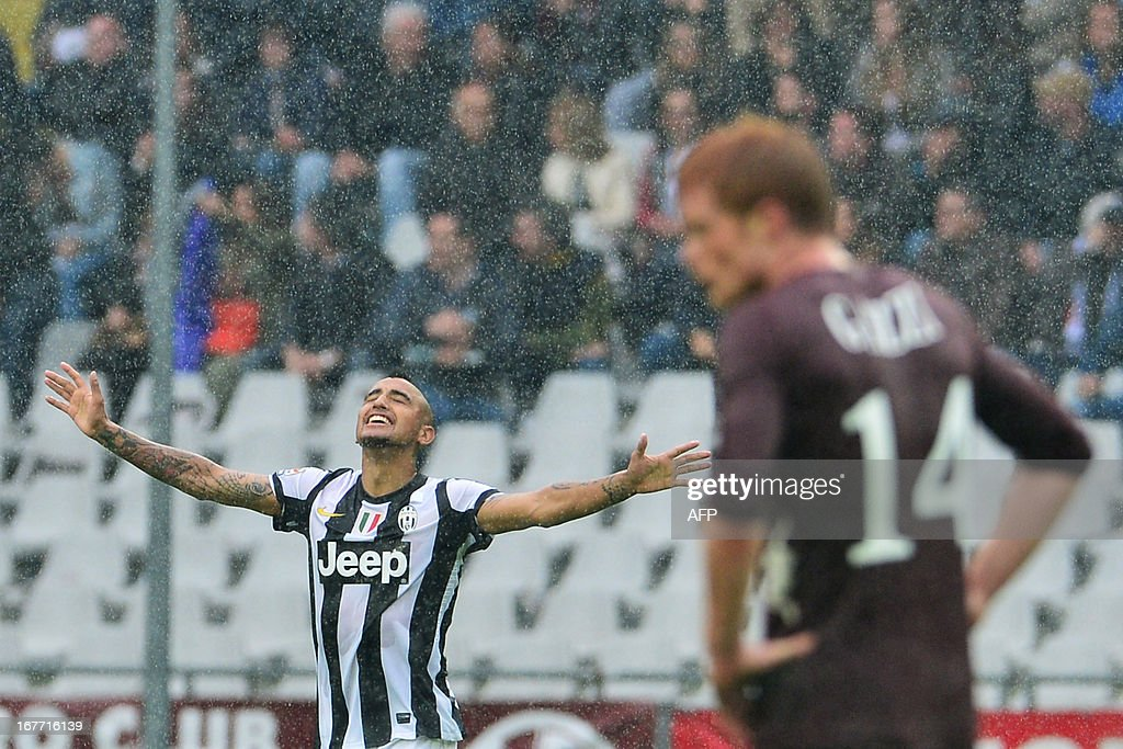 Juventus' Chilean midfielder Arturo Vidal (L) celebrates after scoring a goal during the Italian Serie A football match between Torino and Juventus on April 28, 2013 at the Olympic Stadium in Turin.