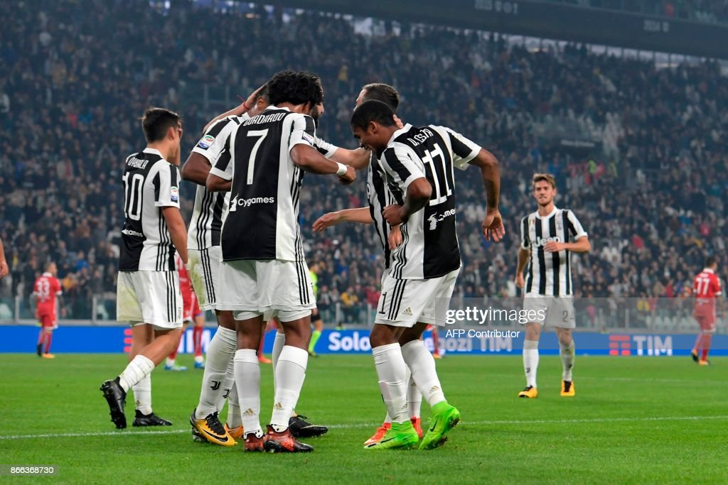 Juventus' Colombian forward Juan Cuadrado (7) dances with teammates after scoring during the Italian Serie A football match Juventus vs Spal at the Allianz stadium in Turin on October 25, 2017. /