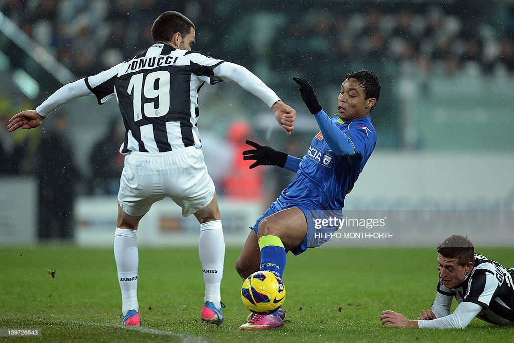 Juventus' defender Leonardo Bonucci vies with Udinese's defender of Colombia Muriel Fruto Luis Fernando during their Serie A football match in Turin's Juventus Stadium on January 19, 2013. AFP PHOTO / FILIPPO MONTEFORTE