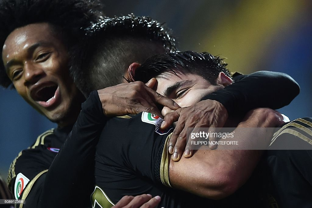 Juventus' forward from Argentina Paulo Dybala (C) celebrates with teammates Juventus' forward from Colombia Juan Cuadrado (L) and Juventus' forward from Spain Alvaro Morata after scoring during the Italian Serie A football match Frosinone vs Juventus on February 7, 2016 in Frosinone. / AFP / FILIPPO MONTEFORTE