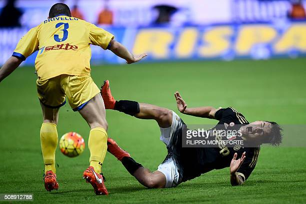 TOPSHOT Juventus' forward from Argentina Paulo Dybala fights for the ball with Frosinone's defender from Italy Roberto Crivello during the Italian...