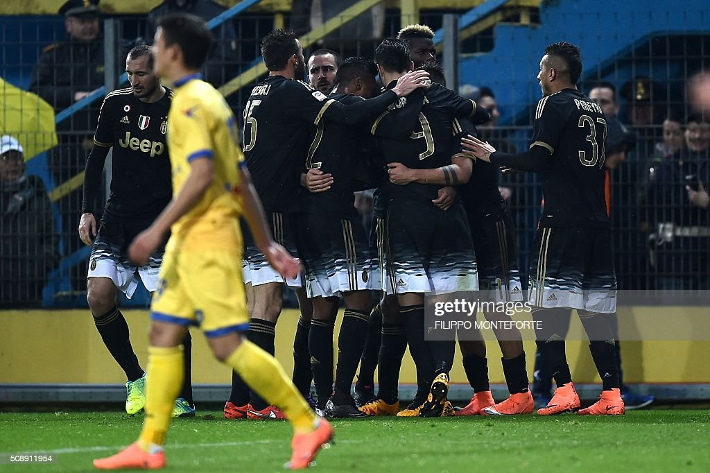 Juventus' forward from Colombia Juan Cuadrado (not seen) celebrates with teammates after scoring during the Italian Serie A football match Frosinone vs Juventus on February 7, 2016 in Frosinone. / AFP / FILIPPO MONTEFORTE